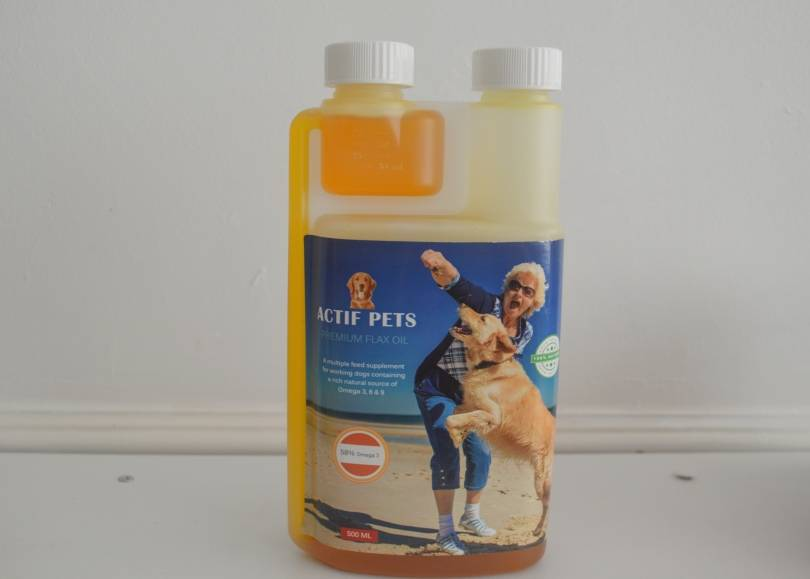 A bottle of Actif Pets Flax Oil