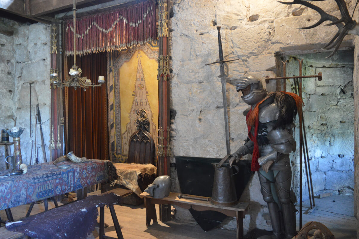 The suit of armour in the King Edward I room